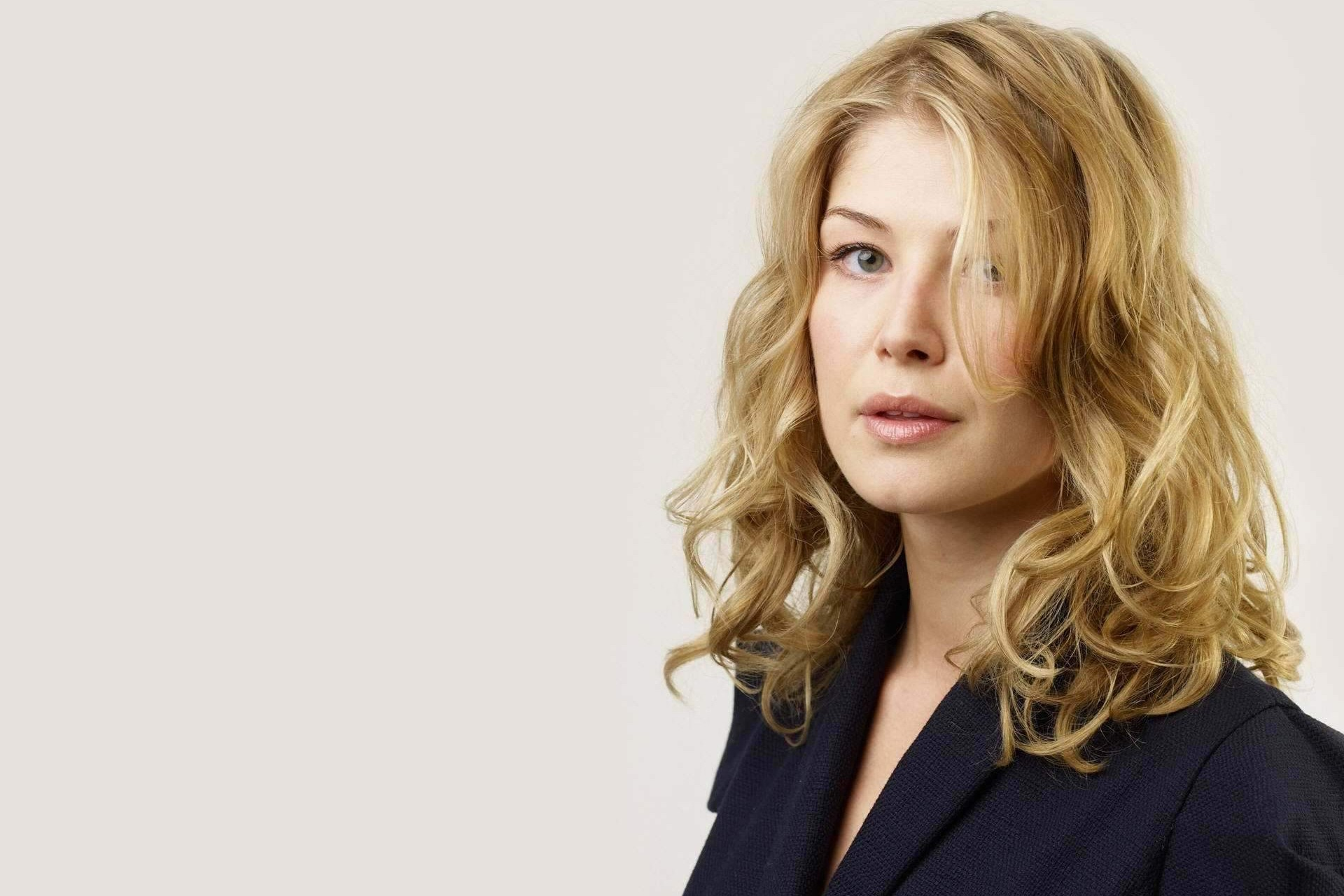 1920x1280 - Rosamund Pike Wallpapers 28