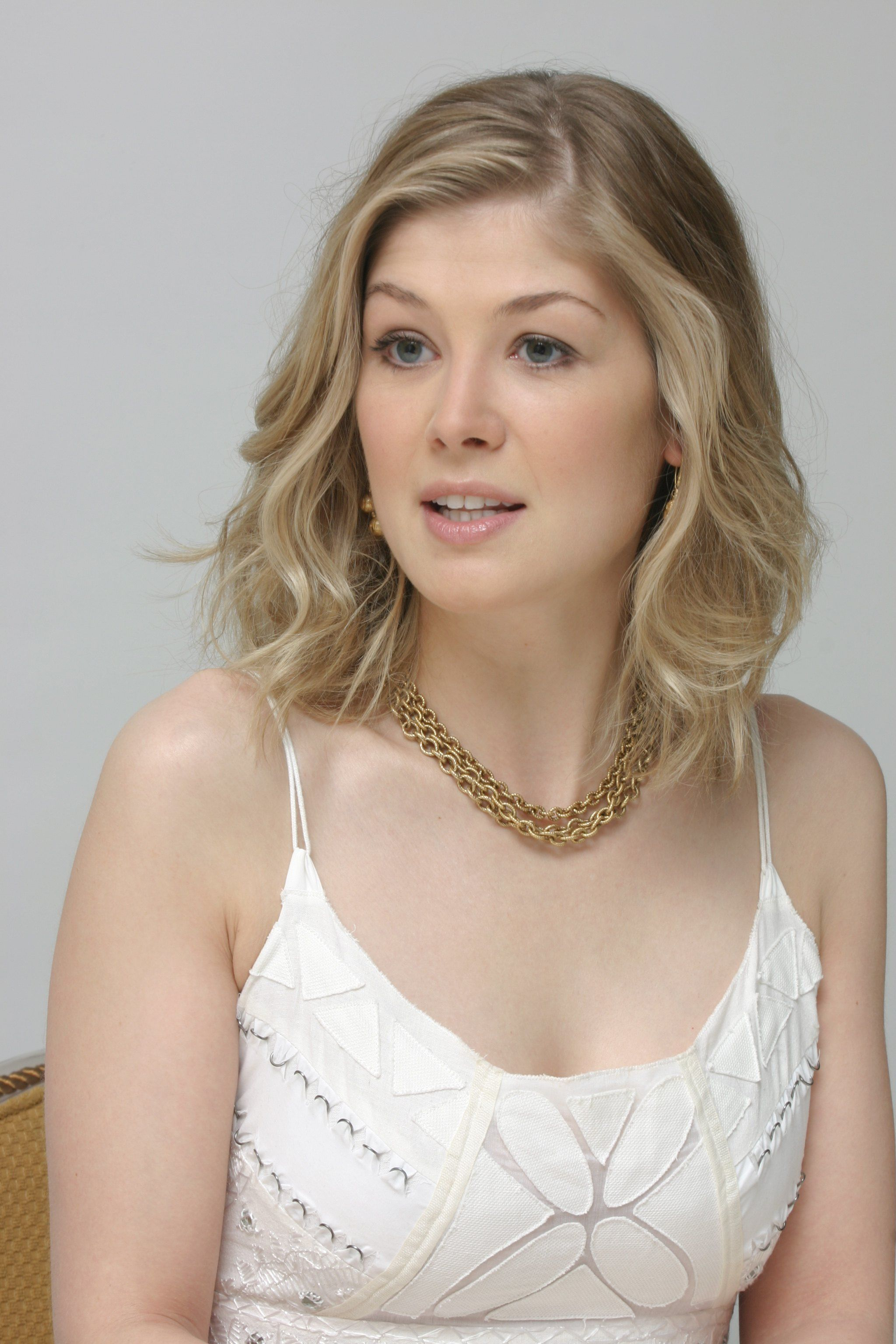2048x3072 - Rosamund Pike Wallpapers 34