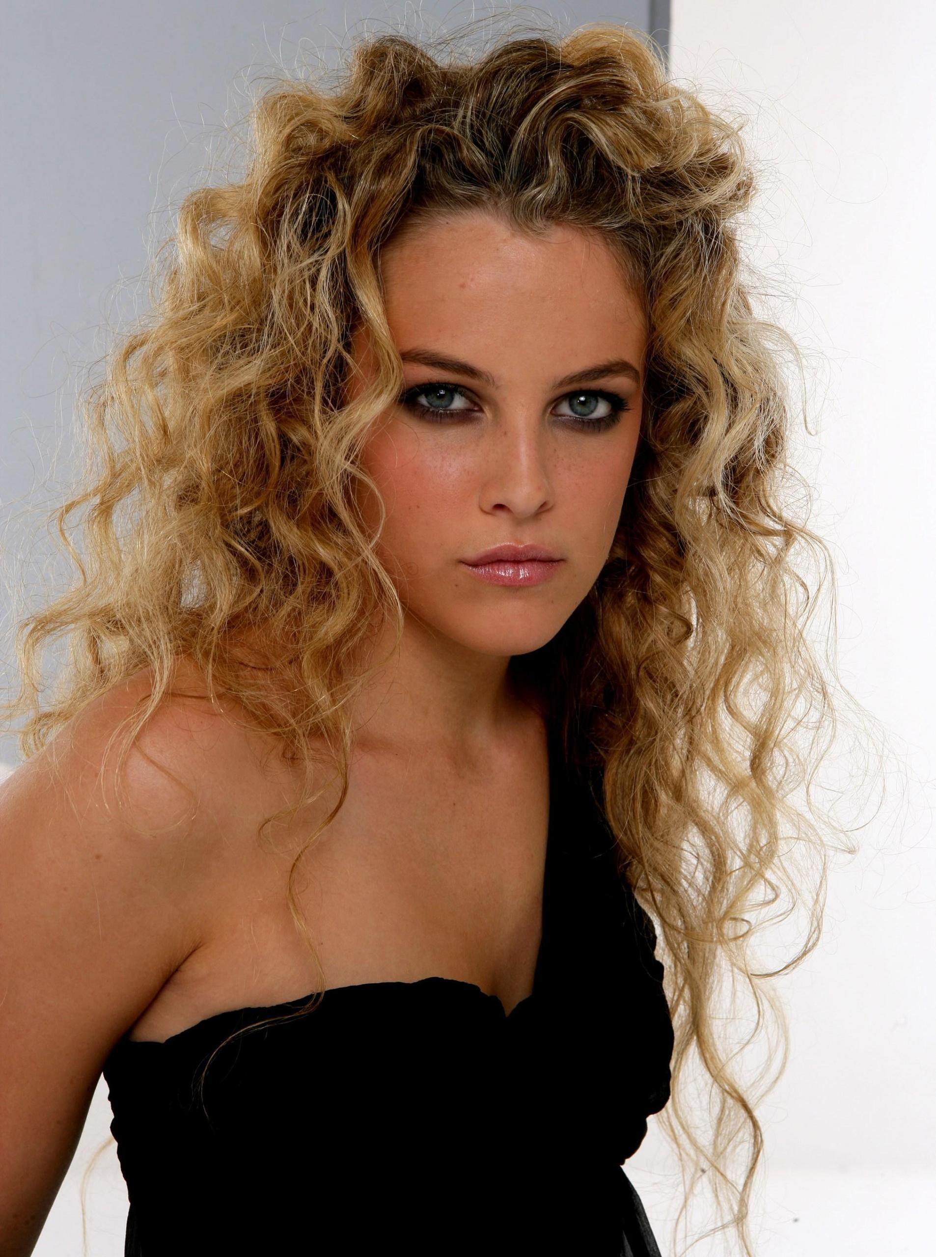 1906x2560 - Riley Keough Wallpapers 13