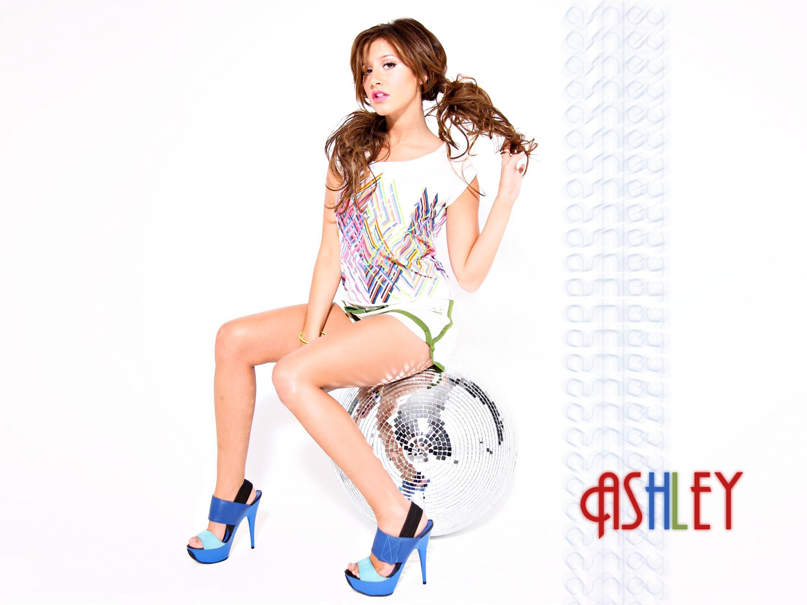 1600x1200 - Ashley Tisdale Wallpapers 16