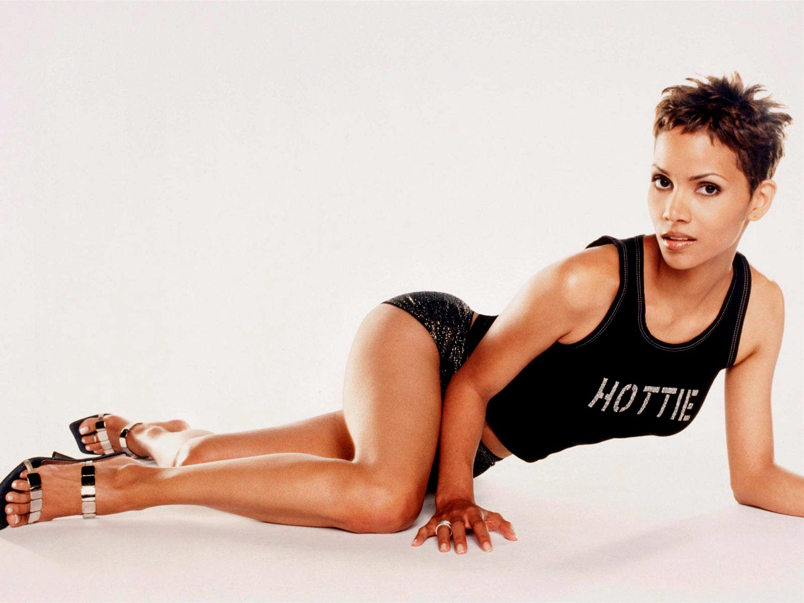 1600x1200 - Halle Berry Wallpapers 11