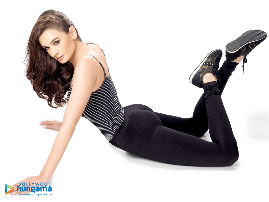 1024x768 - Evelyn Sharma Wallpapers 32