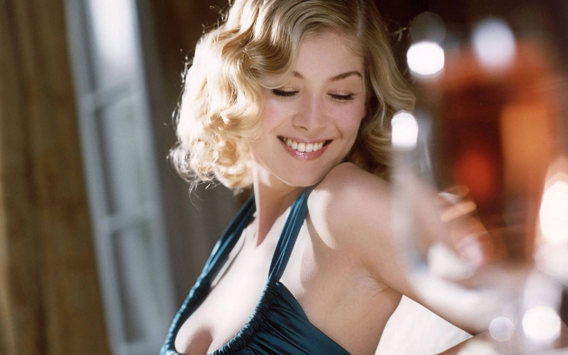 1920x1200 - Rosamund Pike Wallpapers 26