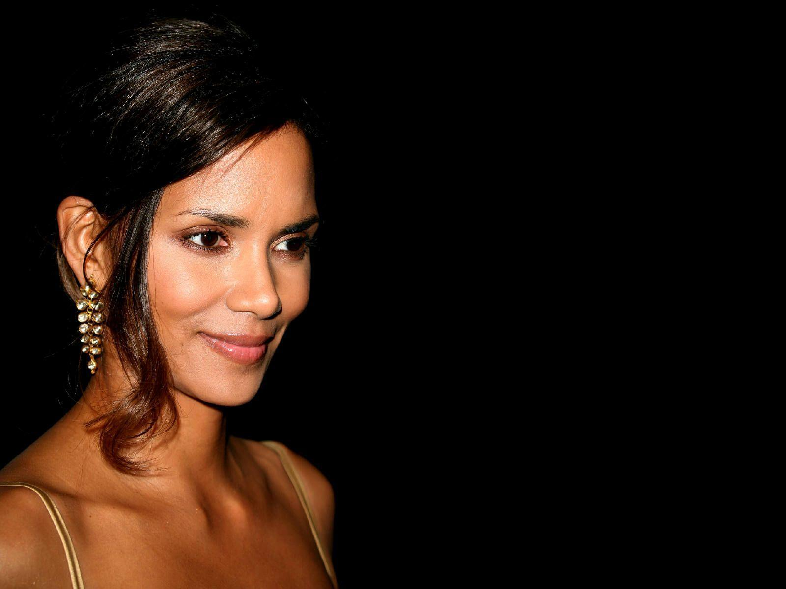 1600x1200 - Halle Berry Wallpapers 3