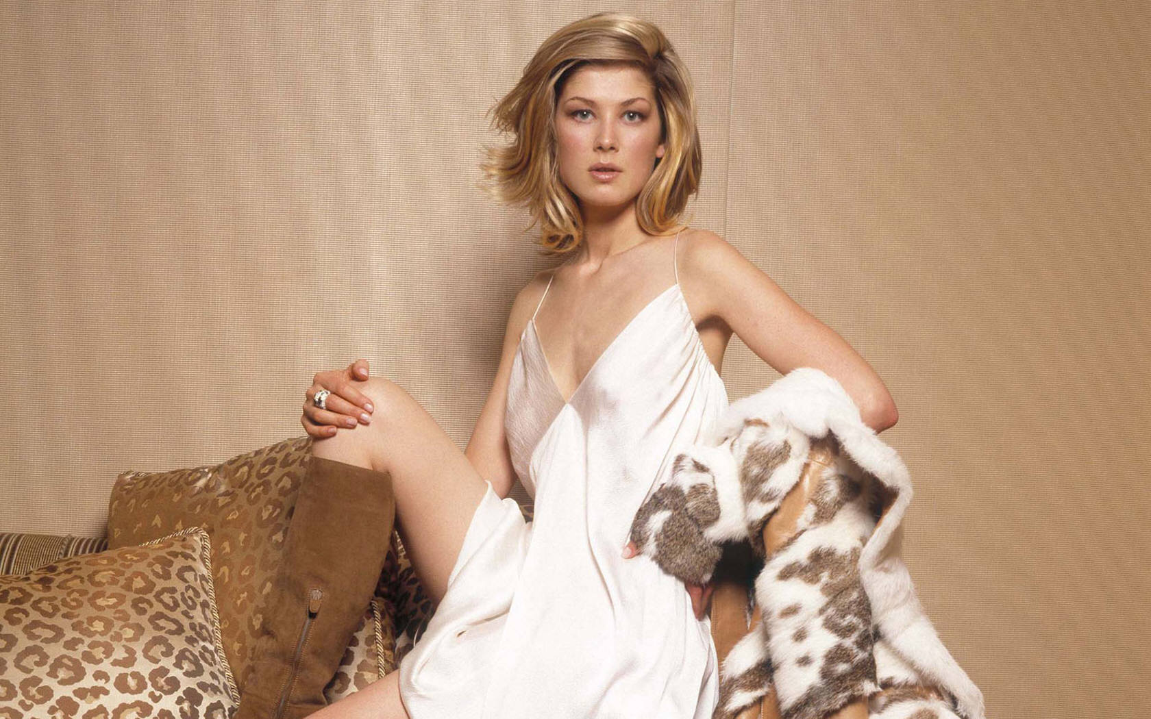 1680x1050 - Rosamund Pike Wallpapers 8