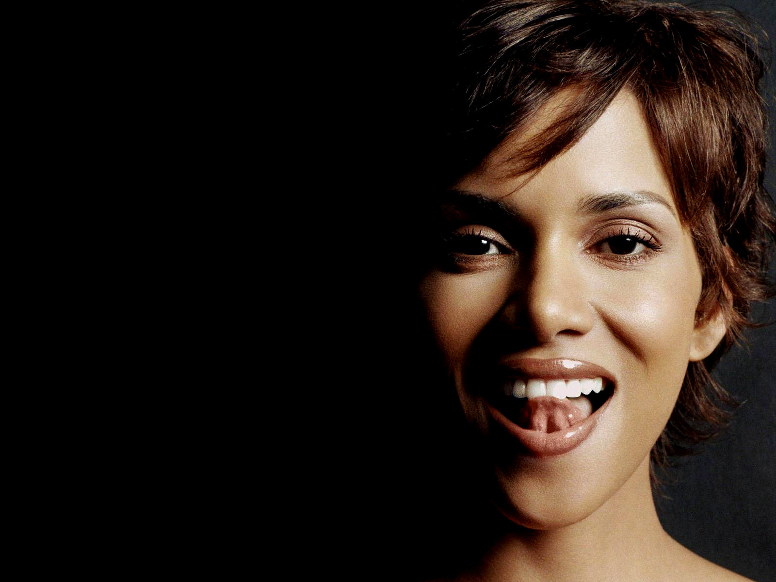 1600x1200 - Halle Berry Wallpapers 8