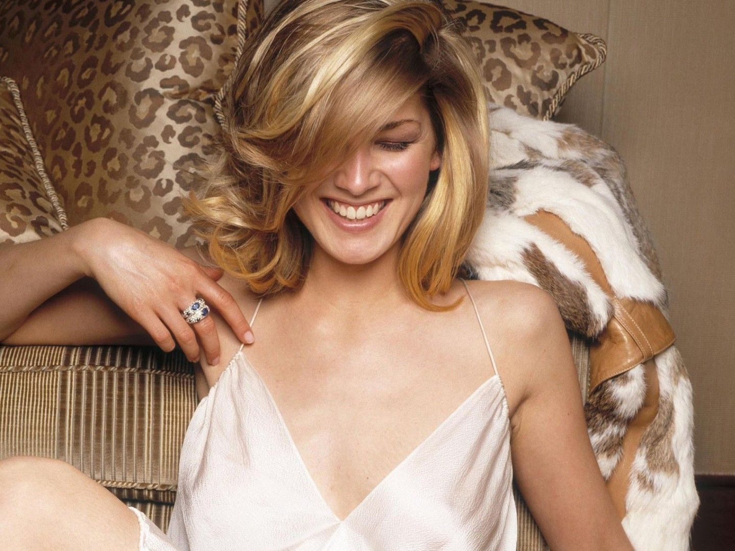 1440x1080 - Rosamund Pike Wallpapers 12