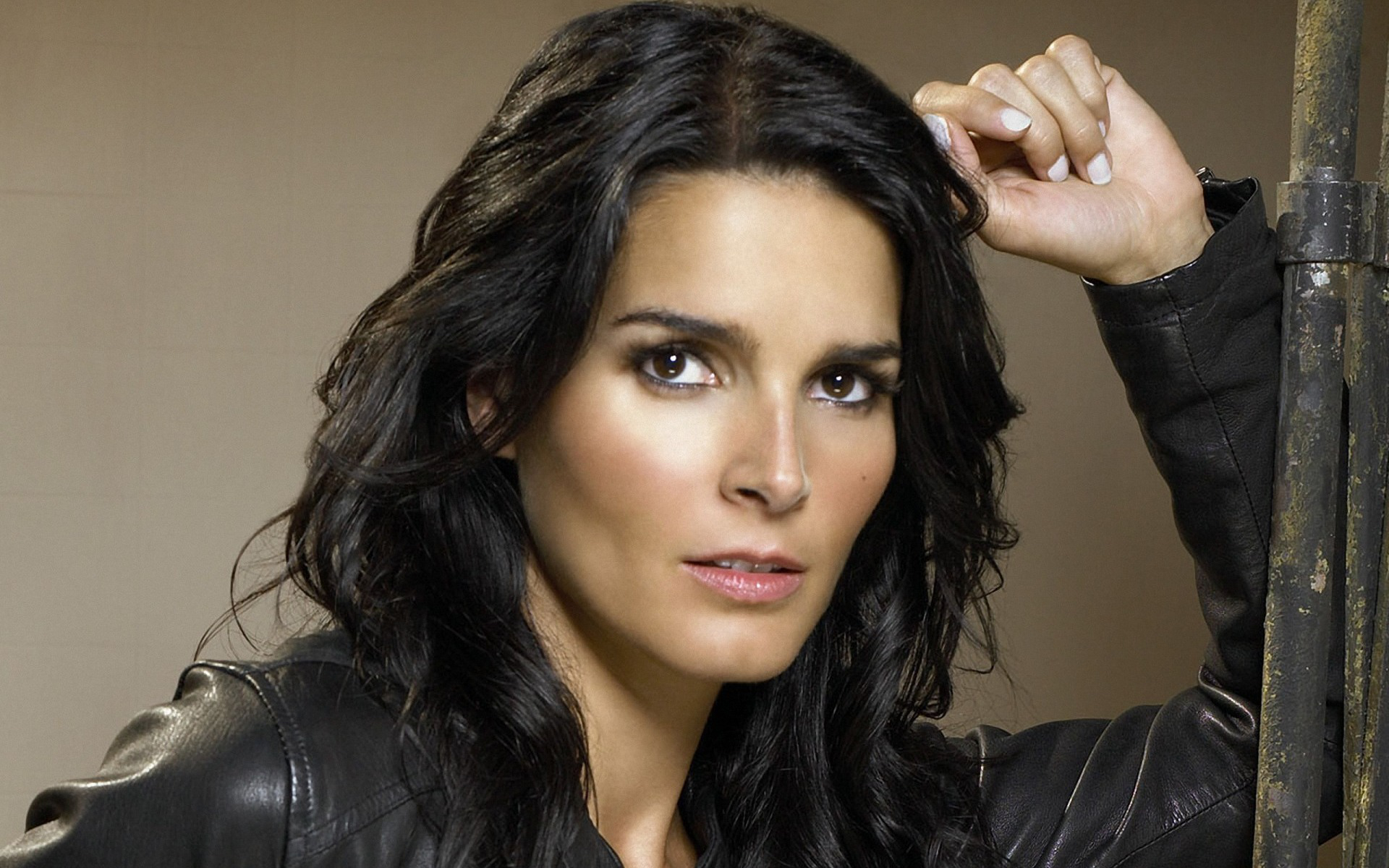 1920x1200 - Angie Harmon Wallpapers 17