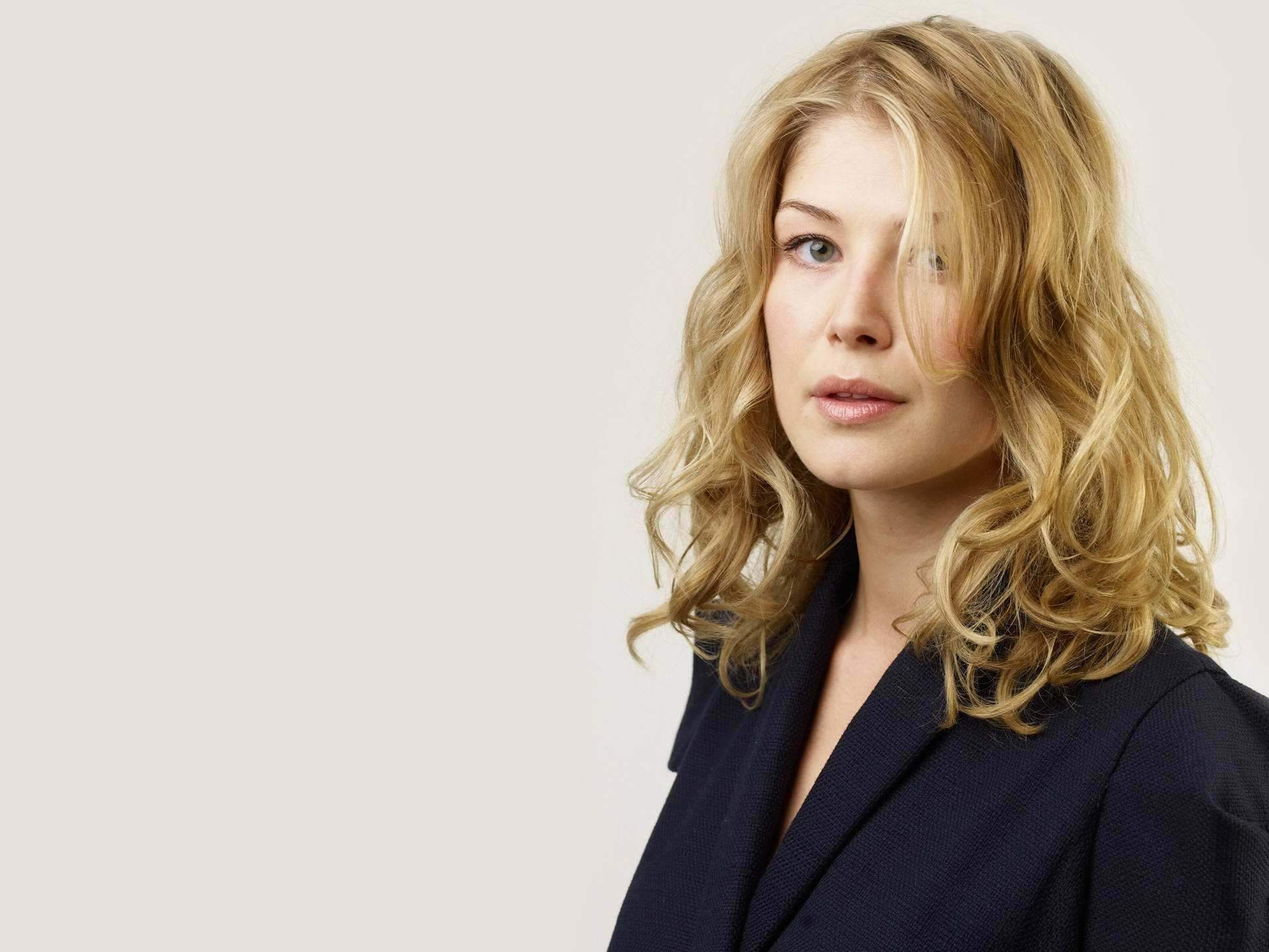 1920x1440 - Rosamund Pike Wallpapers 21