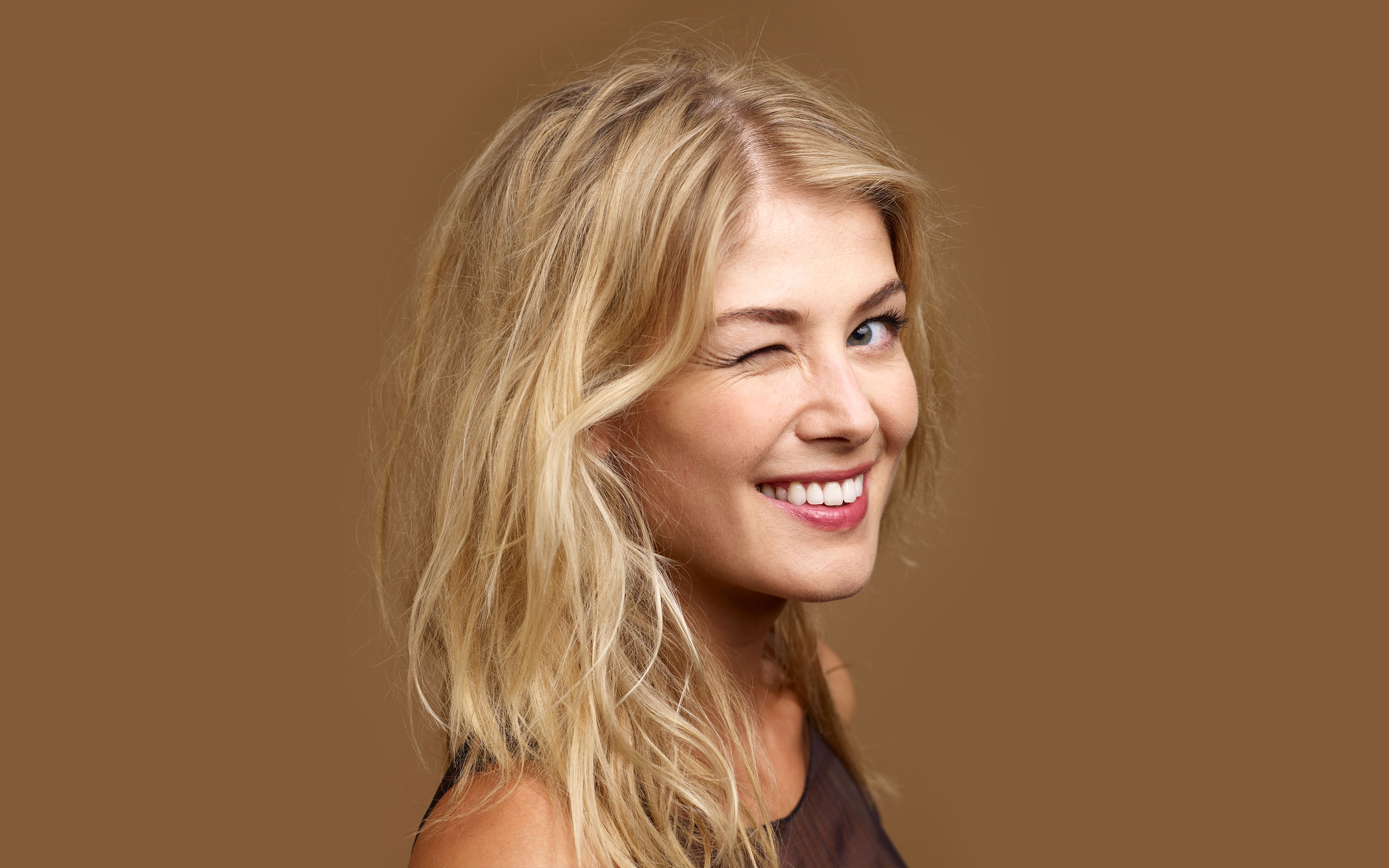 2880x1800 - Rosamund Pike Wallpapers 11