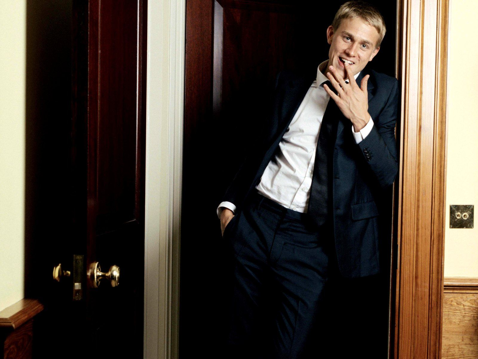 1600x1200 - Charlie Hunnam Wallpapers 28